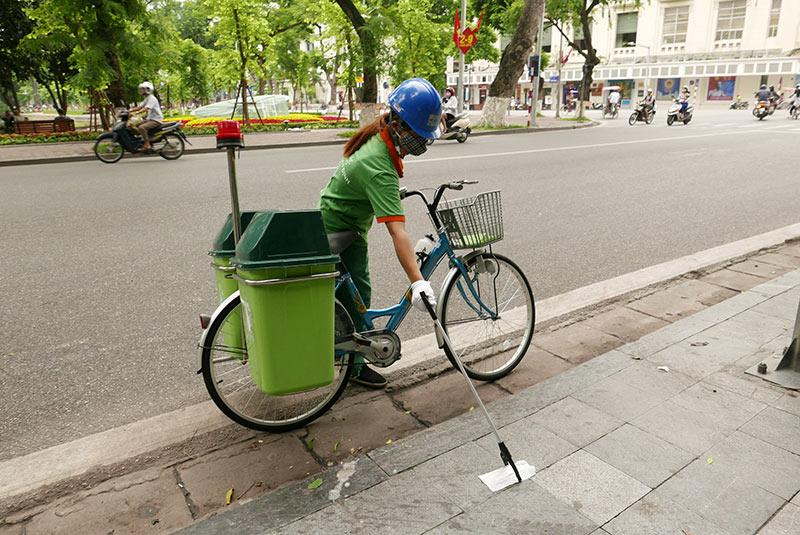 Lần đầu xuất hiện xe đạp gom rác trên đường phố Thủ đô - 2