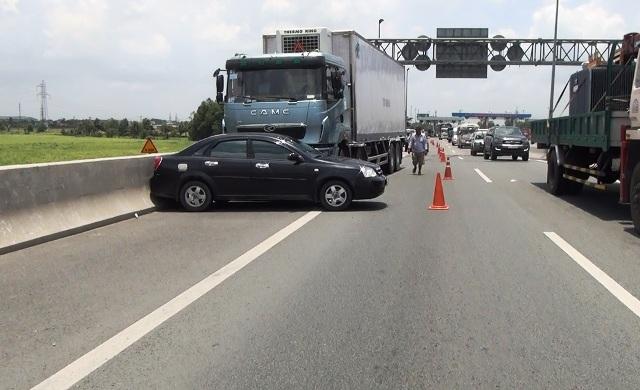 Bị xe tải đẩy gần 100m, 4 người trên ô tô gào khóc - 1