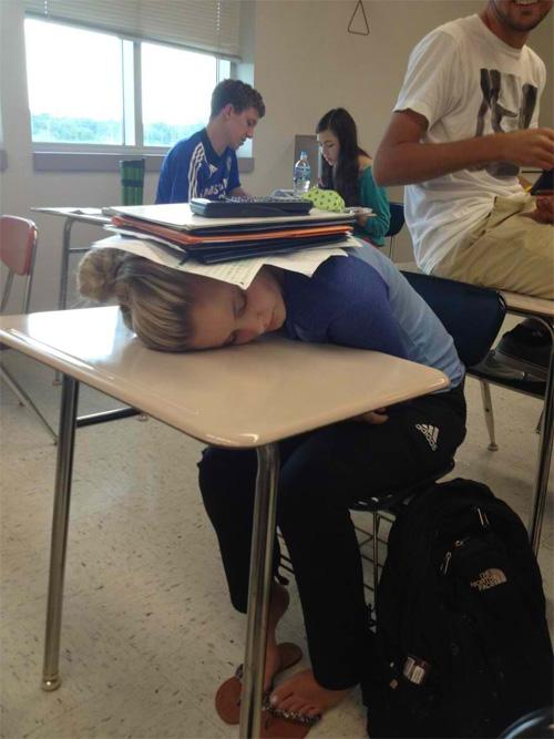 """""""Phì cười"""" với cảnh sinh viên tới lớp - 8"""