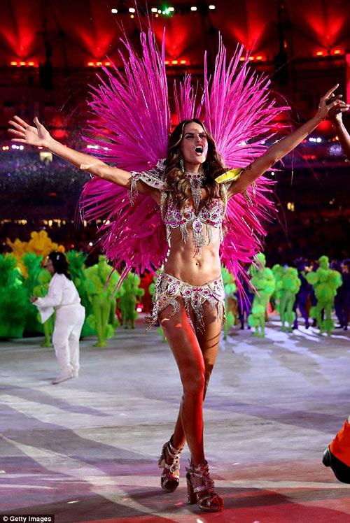 Siêu mẫu Brazil đẹp như nữ thần ở bế mạc Olympic Rio - 1