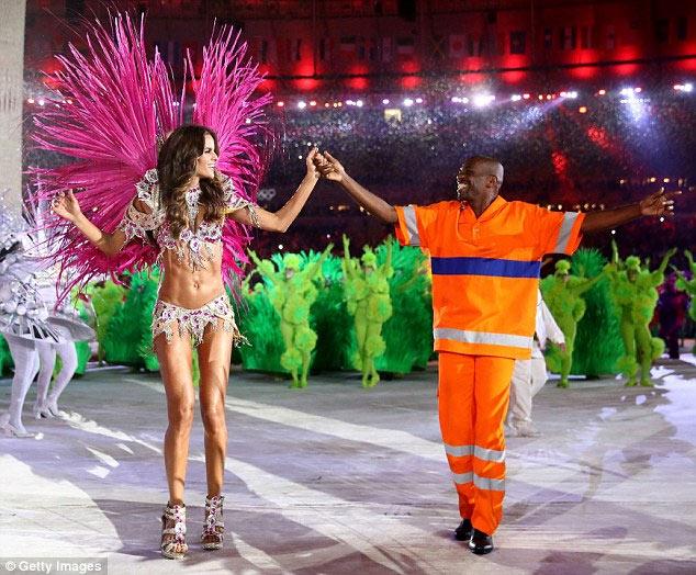 Siêu mẫu Brazil đẹp như nữ thần ở bế mạc Olympic Rio - 3