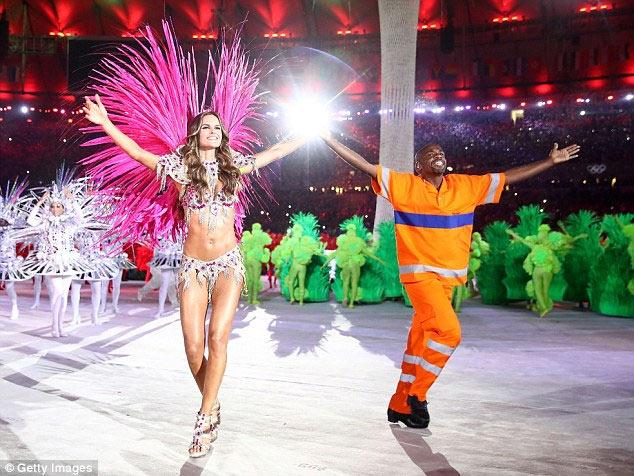 Siêu mẫu Brazil đẹp như nữ thần ở bế mạc Olympic Rio - 4