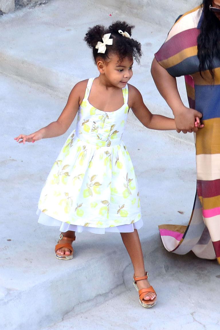 Fashionista thế giới ngả mũ trước nhóc tì 4 tuổi nhà Beyoncé - 1