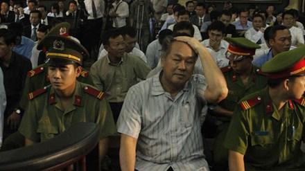Ông Phạm Công Danh bật khóc khi xin Tòa 'tha' cho thuộc cấp - 1