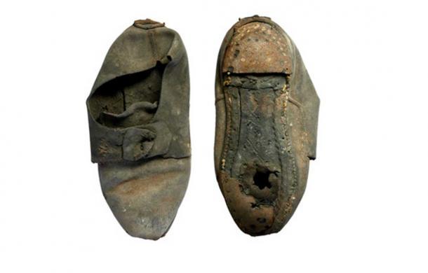 """Chiếc giày 300 tuổi """"trấn yểm ma quỷ"""" trong bức tường ĐH Cambridge - 2"""