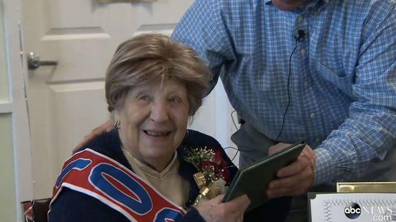 Sau 80 năm mong mỏi, cụ bà 100 tuổi tốt nghiệp cấp 3 - 2