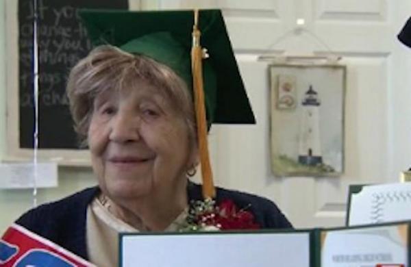 Sau 80 năm mong mỏi, cụ bà 100 tuổi tốt nghiệp cấp 3 - 1
