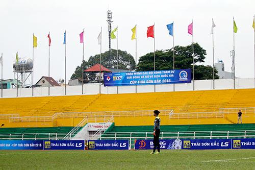 Hơn chục khán giả xem trận cầu đinh bóng đá nữ Việt Nam - 3