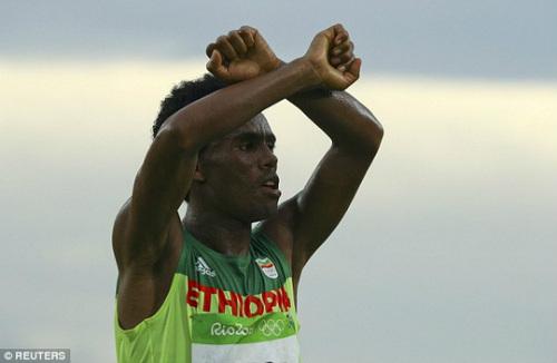 HCB marathon Olympic không dám về nhà vì sợ chết - 3