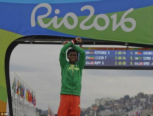 HCB marathon Olympic không dám về nhà vì sợ chết - 4