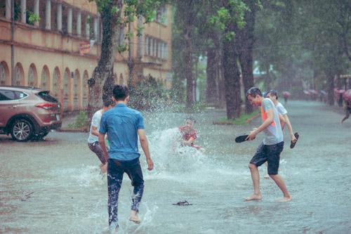 """SV Nông nghiệp """"quay về tuổi thơ"""" giữa ngày mưa bão - 5"""