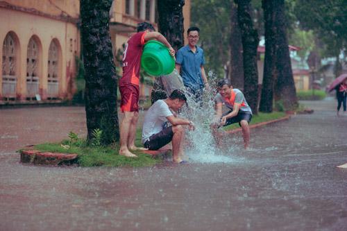 """SV Nông nghiệp """"quay về tuổi thơ"""" giữa ngày mưa bão - 6"""