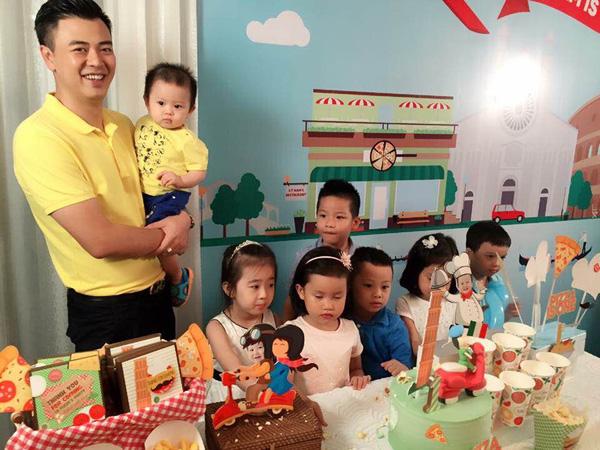 Vợ chồng MC Tuấn Tú hạnh phúc mừng quý tử tròn 1 tuổi - 2