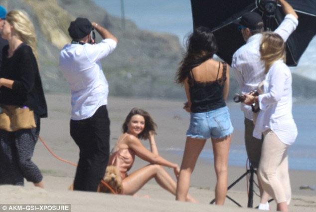 Miranda Kerr hồn nhiên dù lộ nội y vì gió cuốn tung váy - 2