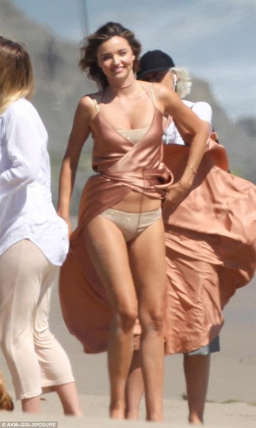 Miranda Kerr hồn nhiên dù lộ nội y vì gió cuốn tung váy - 1