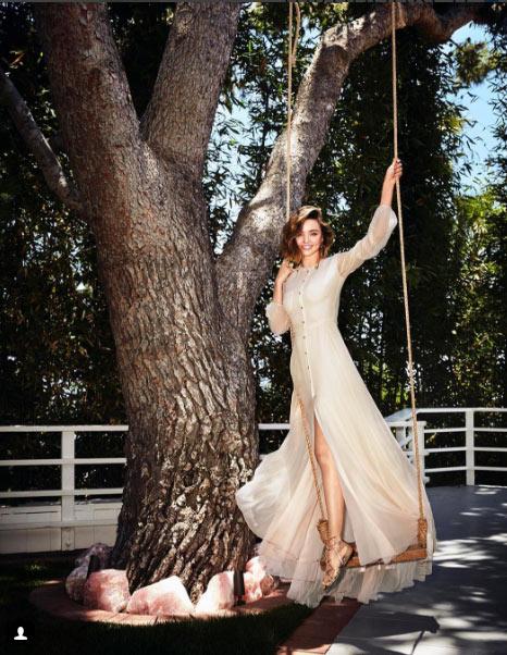 Miranda Kerr hồn nhiên dù lộ nội y vì gió cuốn tung váy - 7