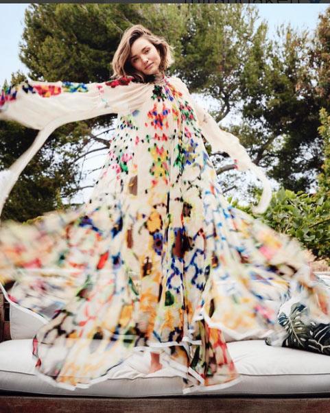Miranda Kerr hồn nhiên dù lộ nội y vì gió cuốn tung váy - 6