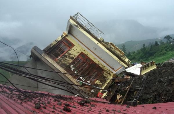 Nhà 3 tầng mới xây đổ sập trong mưa bão ở Sa Pa - 2