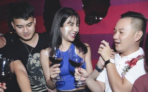 Diệp Lâm Anh ôm bạn trai tình cảm trong tiệc sinh nhật - 4