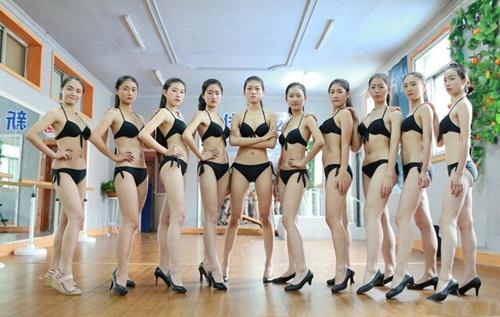 Nữ sinh nghệ thuật TQ mặc bikini khoe chân dài miên man - 1
