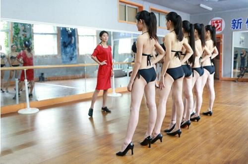 Nữ sinh nghệ thuật TQ mặc bikini khoe chân dài miên man - 2