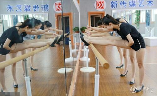 Nữ sinh nghệ thuật TQ mặc bikini khoe chân dài miên man - 3