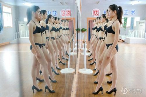 Nữ sinh nghệ thuật TQ mặc bikini khoe chân dài miên man - 4