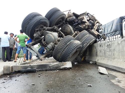 Xe tải nổ lốp cuốn phăng dải phân cách trên cầu Phú Mỹ - 1