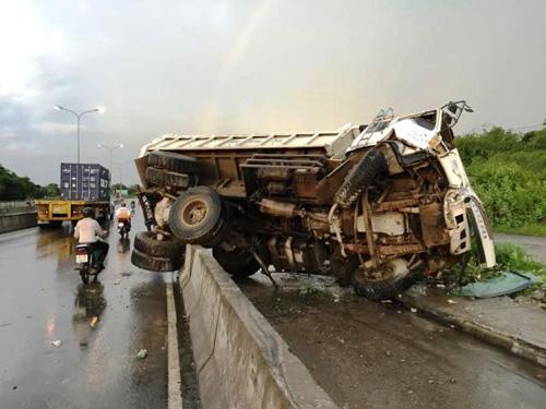 Xe tải nổ lốp cuốn phăng dải phân cách trên cầu Phú Mỹ - 4