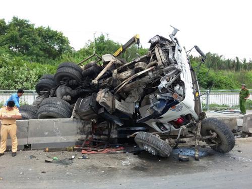 Xe tải nổ lốp cuốn phăng dải phân cách trên cầu Phú Mỹ - 2