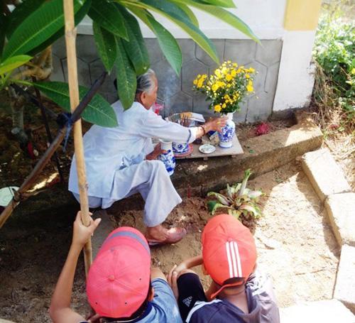 Dân đổ xô, cúng vái cây chuối 15cm nở liền 6 bắp hoa - 2