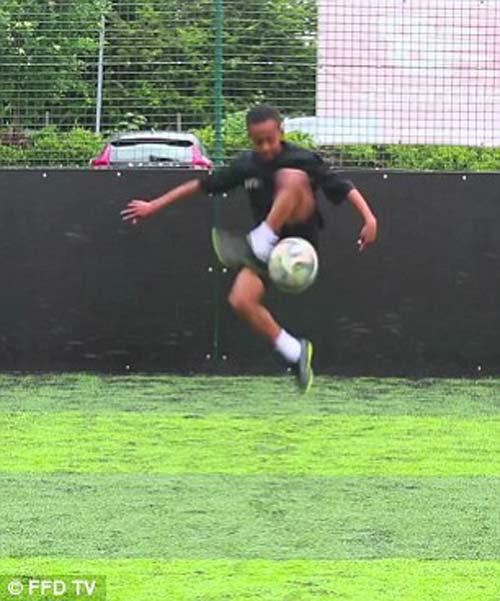 Arsenal sở hữu siêu sao youtube được khen giống Ronaldo - 1
