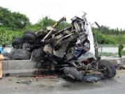 Tin tức trong ngày - Xe tải nổ lốp cuốn phăng dải phân cách trên cầu Phú Mỹ