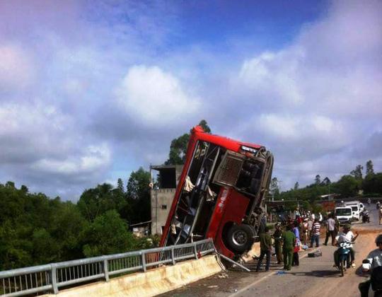 Xe khách lao xuống hố cầu, 11 người thương vong - 1