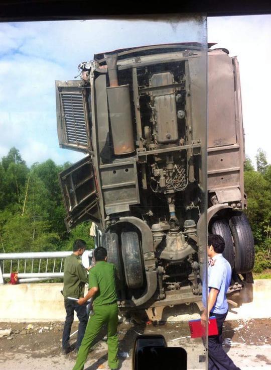 Xe khách lao xuống hố cầu, 11 người thương vong - 2
