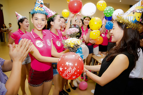Tiệc sinh nhật bí mật trước thềm chung kết Hoa hậu VN - 4