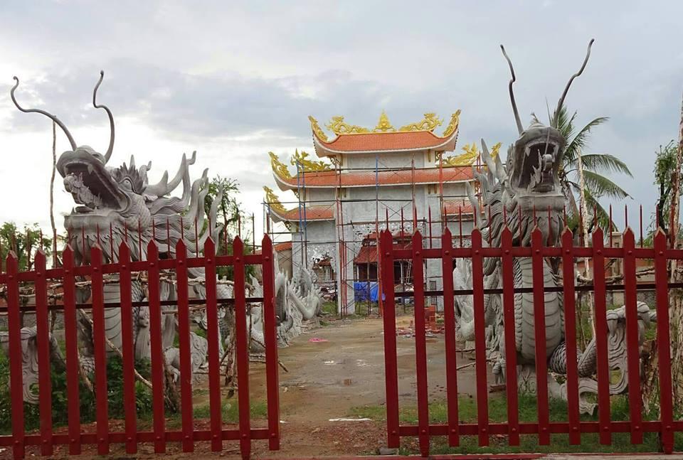 Khác biệt giữa nhà riêng và nhà thờ Tổ của Hoài Linh - 1