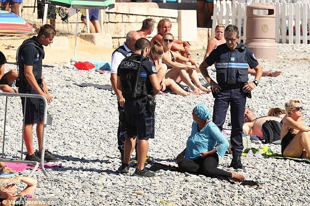 Cảnh sát Pháp ép phụ nữ cởi áo tắm Hồi giáo trên bãi biển - 2