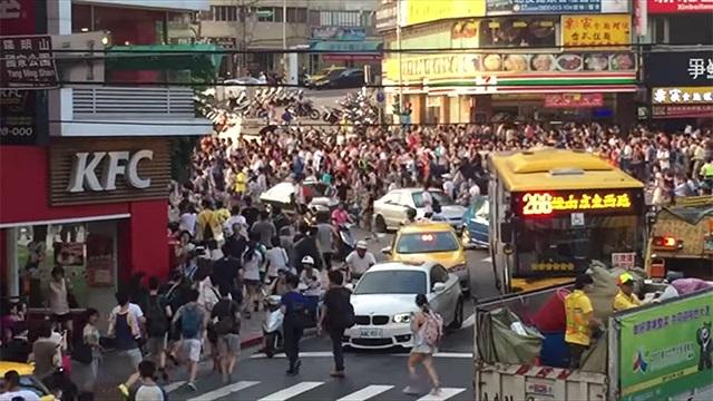 Kinh hoàng cảnh dân Đài Loan rầm rập ra đường bắt Pokémon hiếm - 1