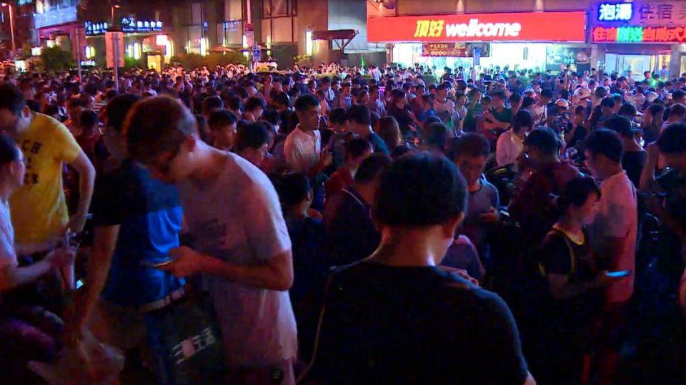 Kinh hoàng cảnh dân Đài Loan rầm rập ra đường bắt Pokémon hiếm - 4