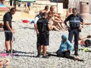 Thế giới - Cảnh sát Pháp ép phụ nữ cởi áo tắm Hồi giáo trên bãi biển
