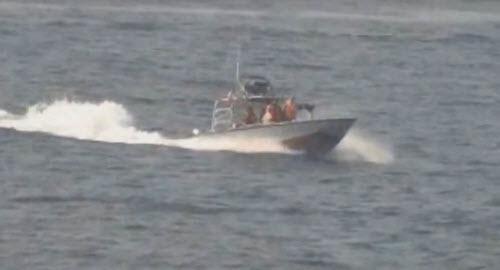 4 tàu cao tốc Iran áp sát tàu khu trục tên lửa Mỹ - 1