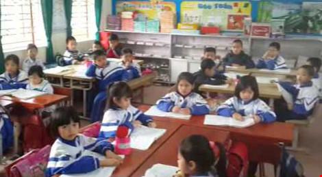 Hàng trăm phụ huynh mang băng rôn đến trường phản đối học VNEN - 1