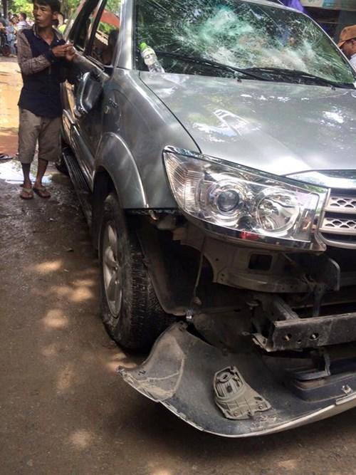 Đập toác ô tô vì nghi 'bắt cóc' trẻ con - 1