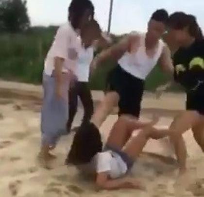 Bị đánh hội đồng dã man, nữ sinh khóc lóc xin tha - 1