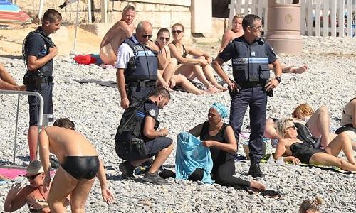 Một phụ nữ bị yêu cầu lột đồ tắm ngay trên bãi biển - 1