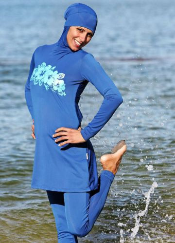 Một phụ nữ bị yêu cầu lột đồ tắm ngay trên bãi biển - 2