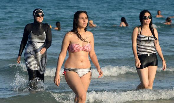 Một phụ nữ bị yêu cầu lột đồ tắm ngay trên bãi biển - 4