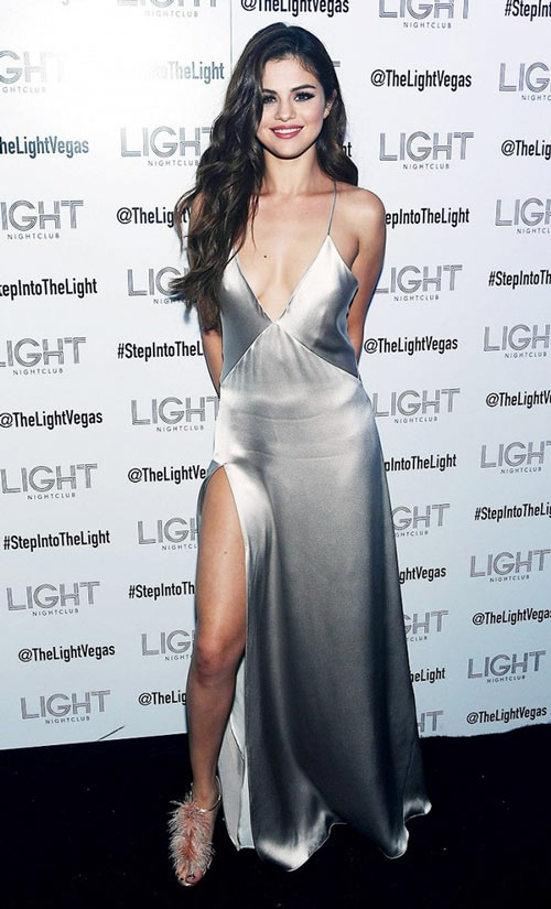 Selena Gomez mặc váy ngủ đi dự sự kiện - 1