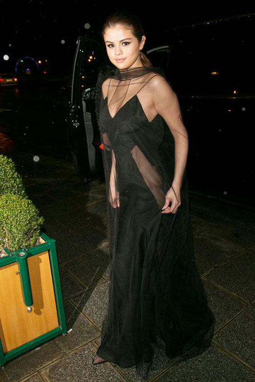 Selena Gomez mặc váy ngủ đi dự sự kiện - 2